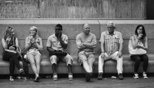 Menschen sitzen auf einer Bank