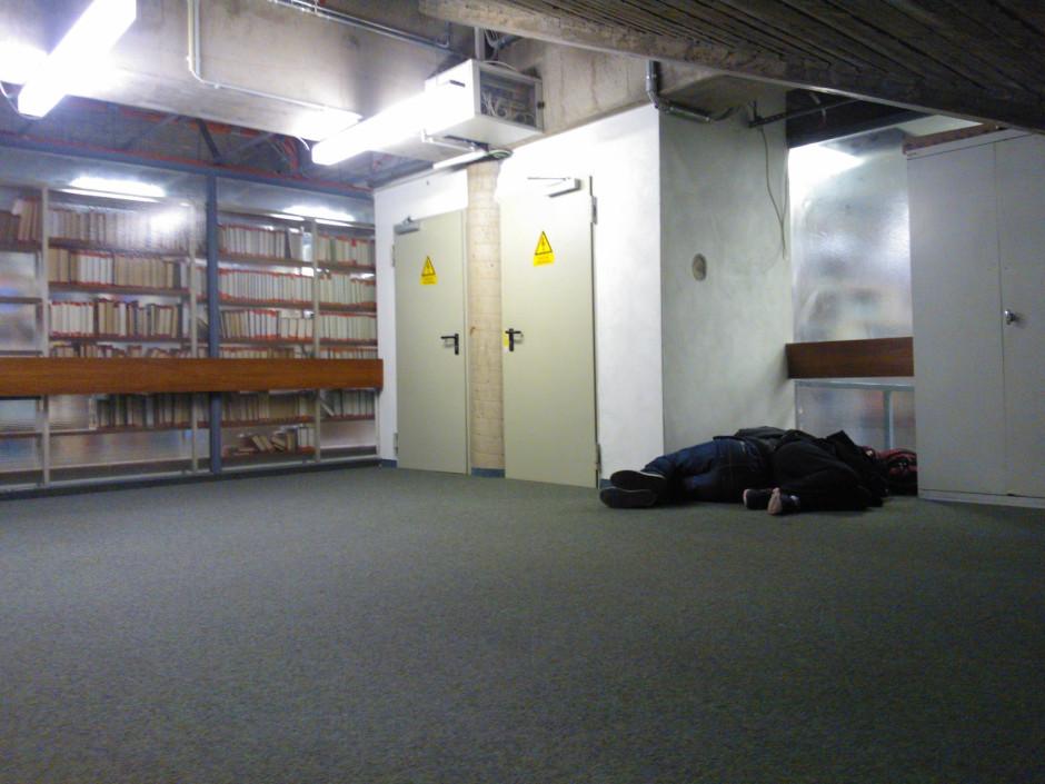 Studierende schlafen in der Bibliothek