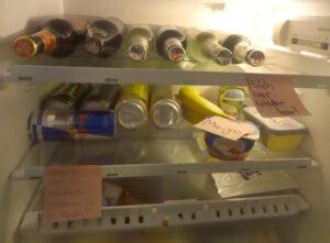 Geöffnete Kühlschranktür mit Zetteln