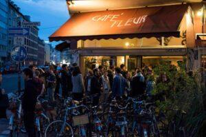 Menschen stehen vor einem Cafe