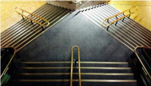 Blick auf Treppe mit zwei verschiedenen Abgängen