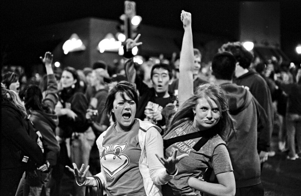 Protestierende Menschen. Schwarz-Weiß Foto.