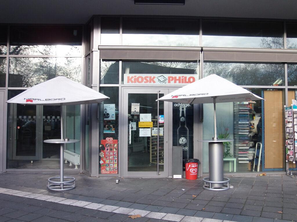 Kiosk mit zwei Stehtischen