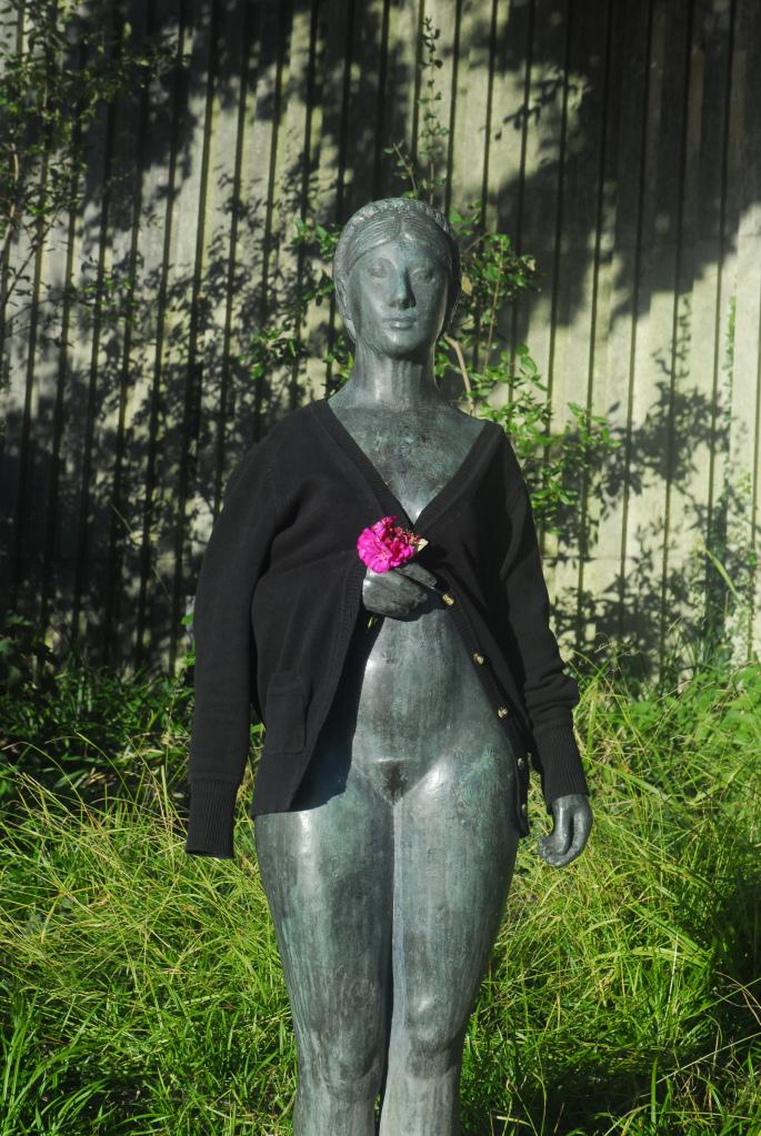 nackte Statute mit Mantel