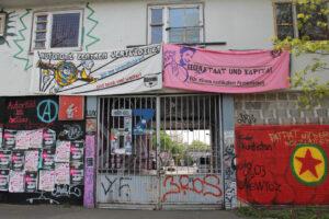 Banner vor einer Hasuwand
