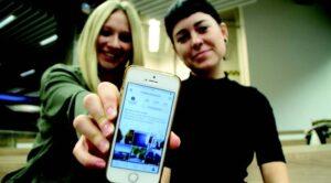 Zwei Frauen zeigen ein Smartphone
