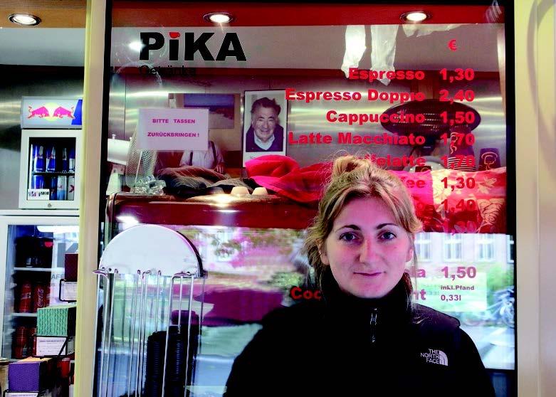 Portrait von Frau vor Laden