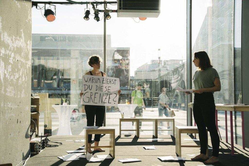 Frau hält Plakat hoch