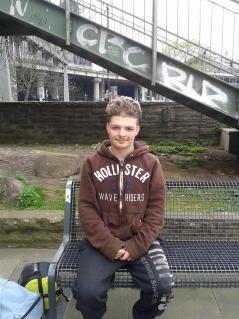 Bild eines Jugendlichen auf einer Bank sitzend