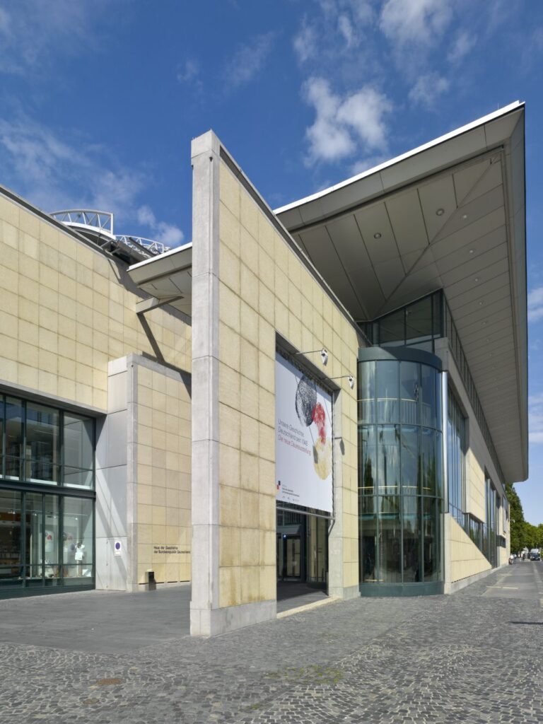 Fronteingang eines Museumsgebäudes
