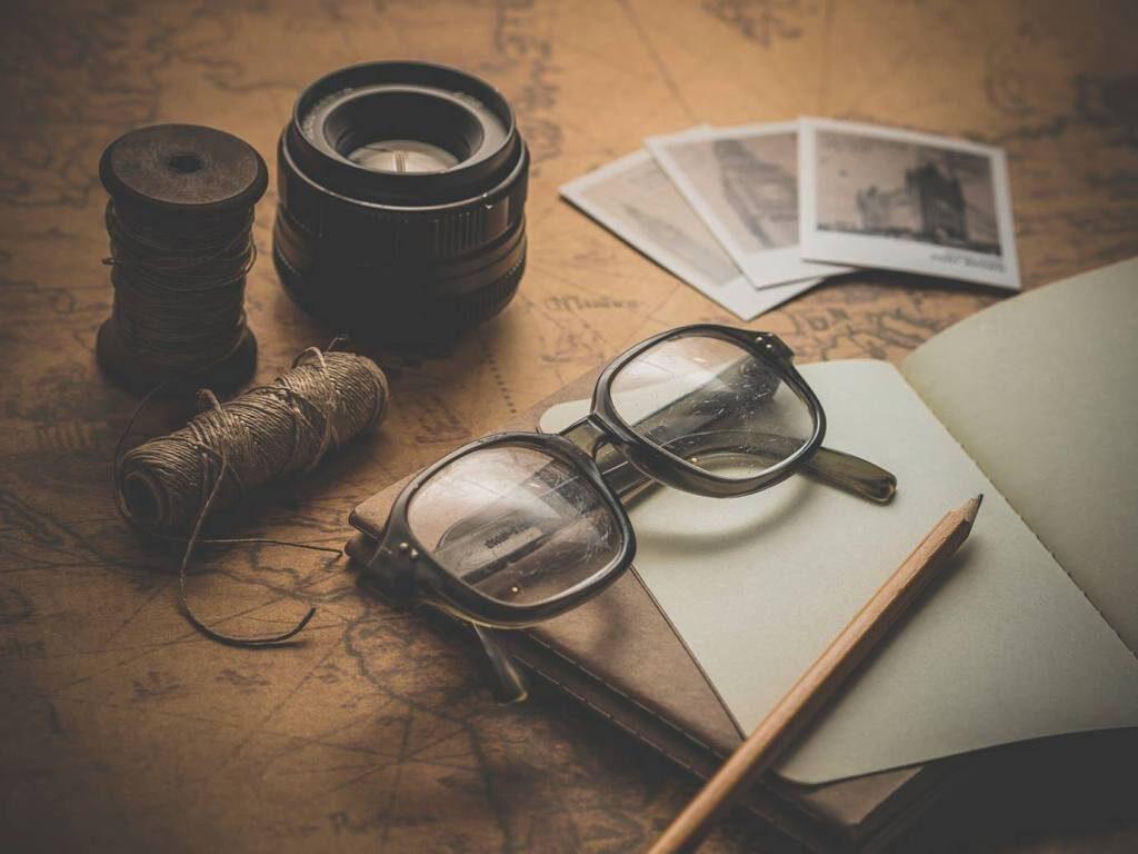 Brille liegt auf alter Karte