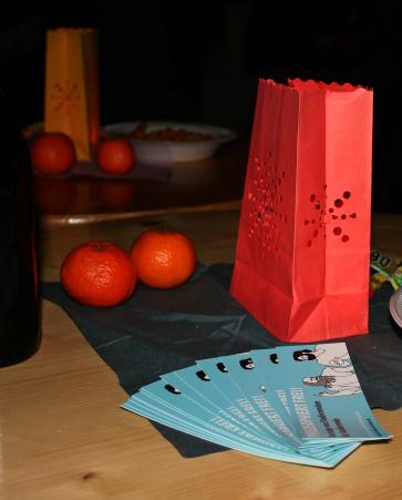 Flyer und Orangen auf Tisch
