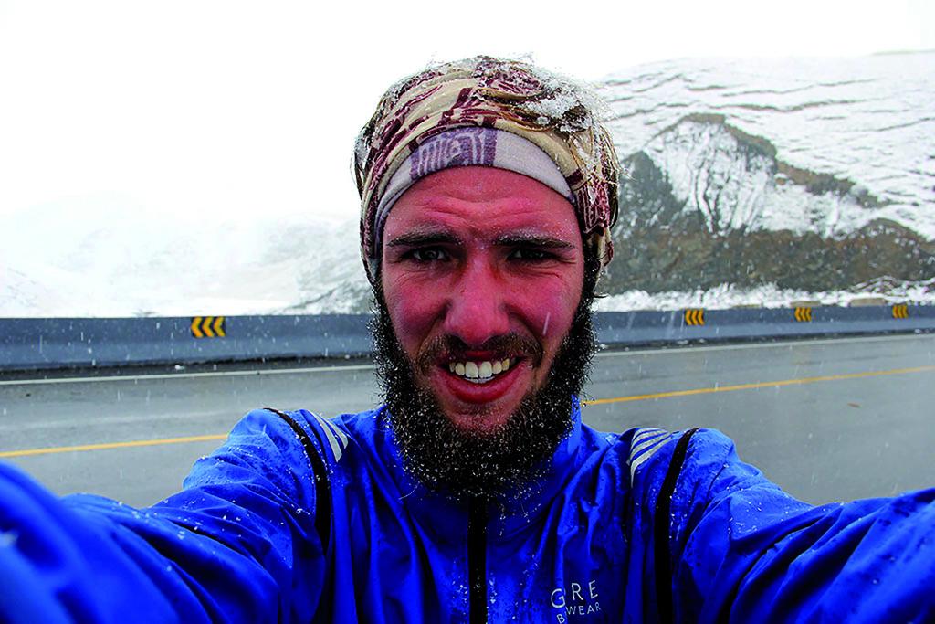 Selfie von einem Mann in einer kalten verschneiten Landschaft