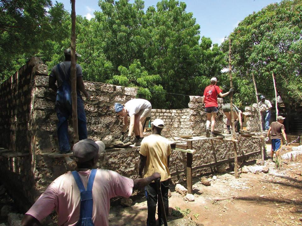 Menschen bauen eine Mauer