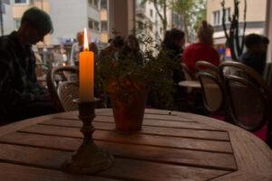 Kerze auf Tisch