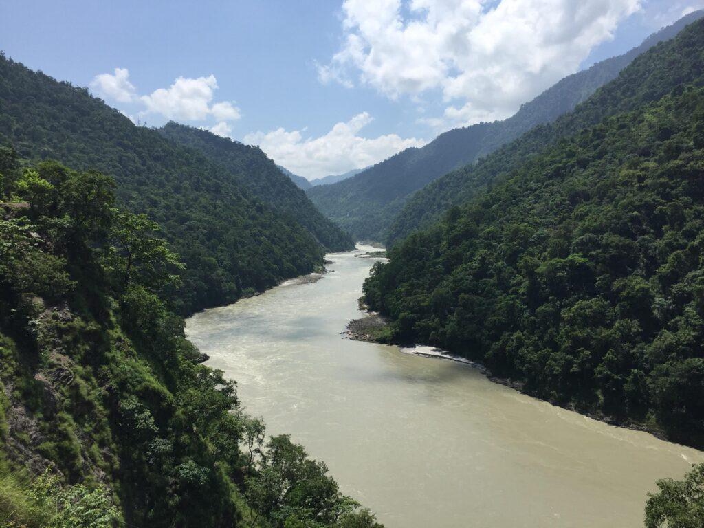 Flusstal mit Bergen