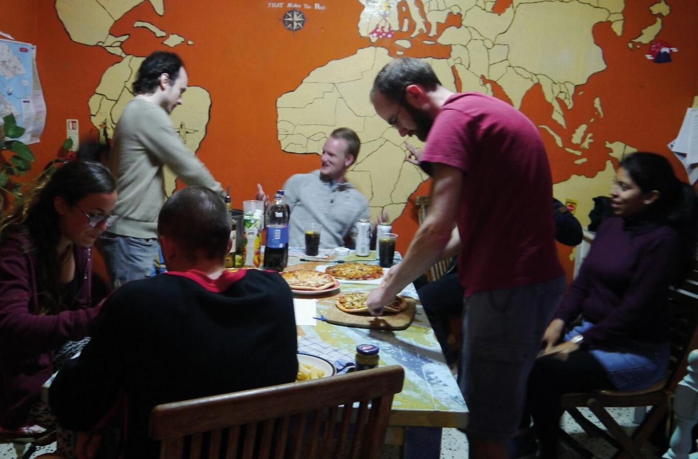 Essen auf dem Tisch mit Leuten