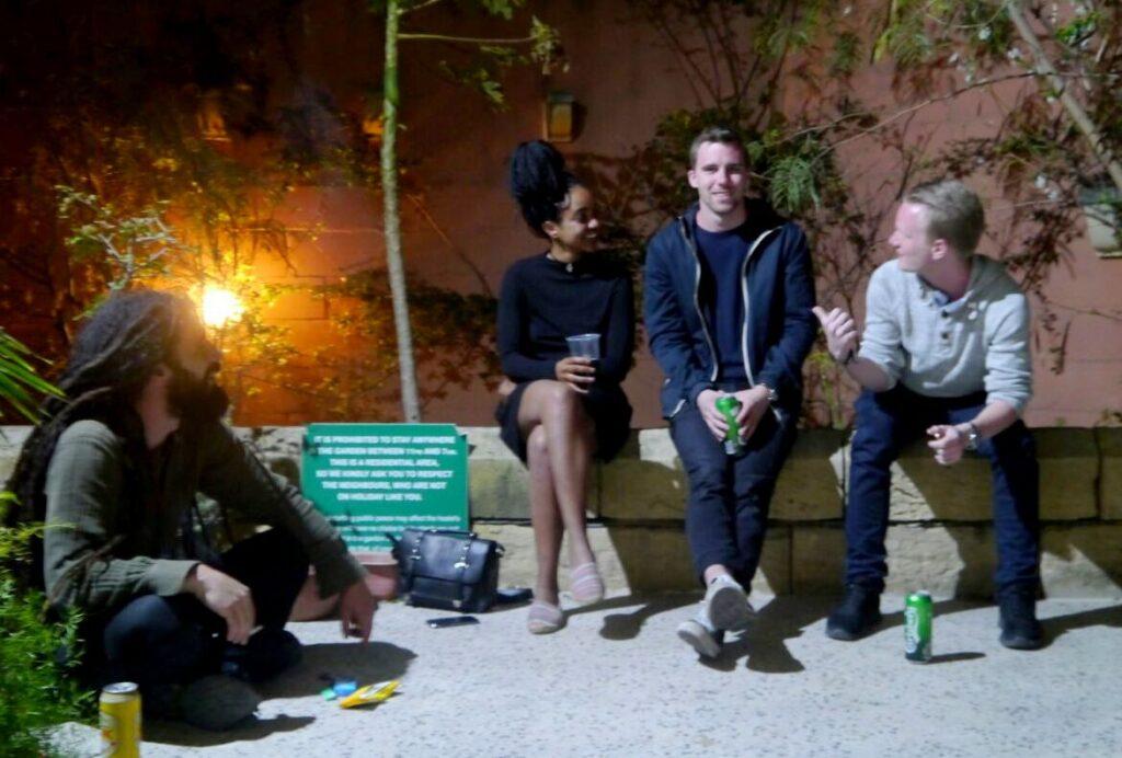 Gruppe von jungen Leuten am Abend