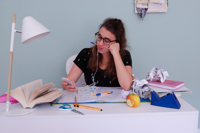 Studentin sitzt an Tisch