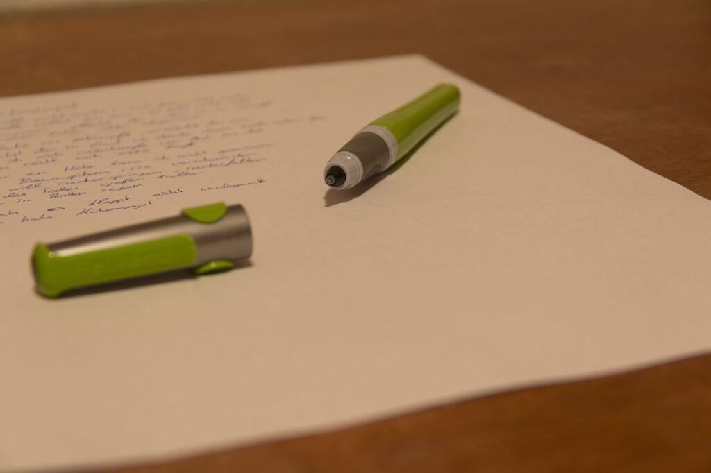 Offener Füller liegt auf Brief