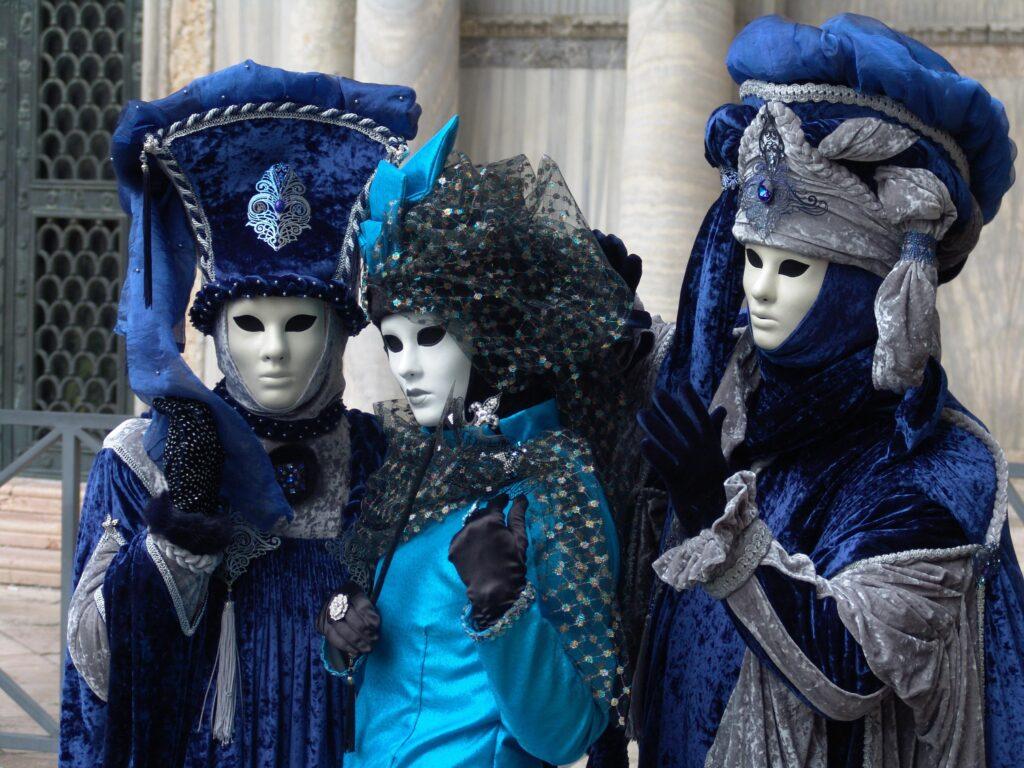 Kostümierte Personen in Blau