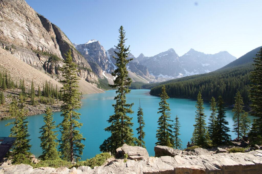 See mit Bäumen und Bergen