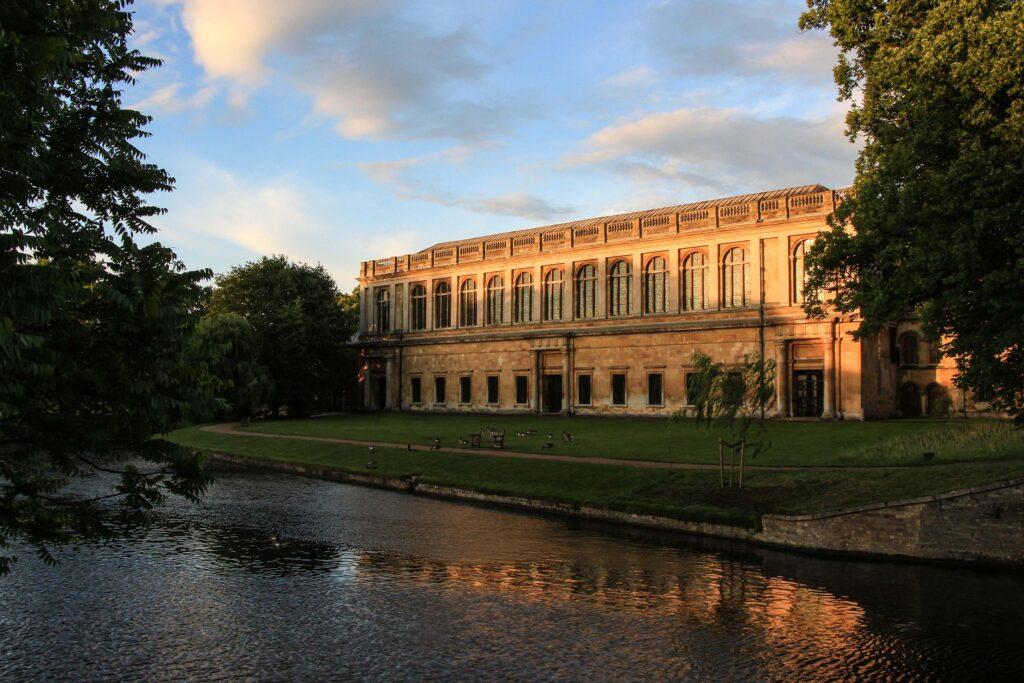 Foto eines Universitätsgebäudes