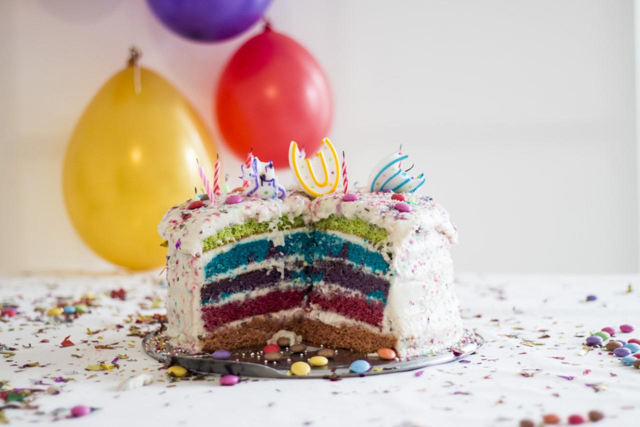 bunte Torte mit Luftbaloons