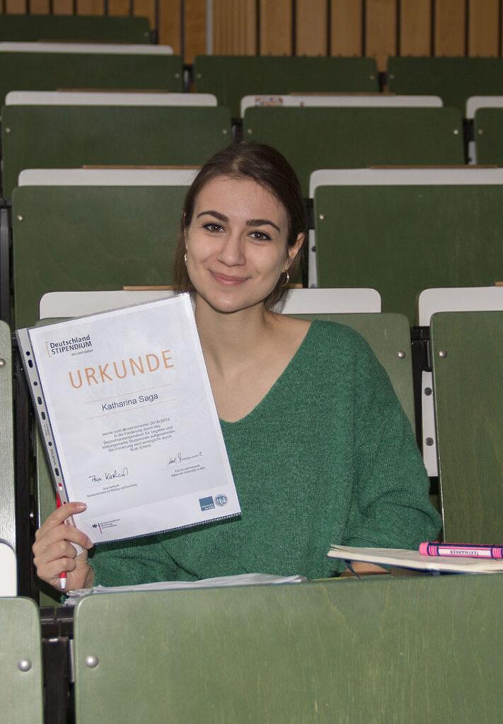 Studierende zeigt ihre Stipendiumsurkunde
