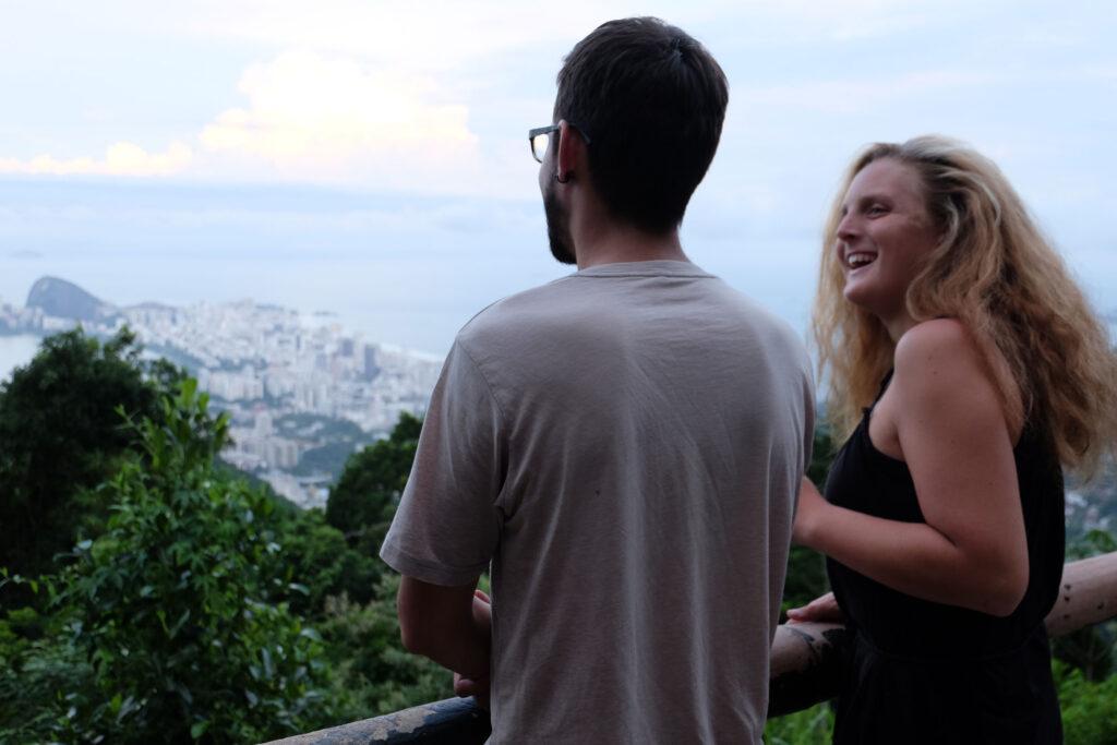 Zwei Menschen auf einem erhöhten Aussichtspunkt
