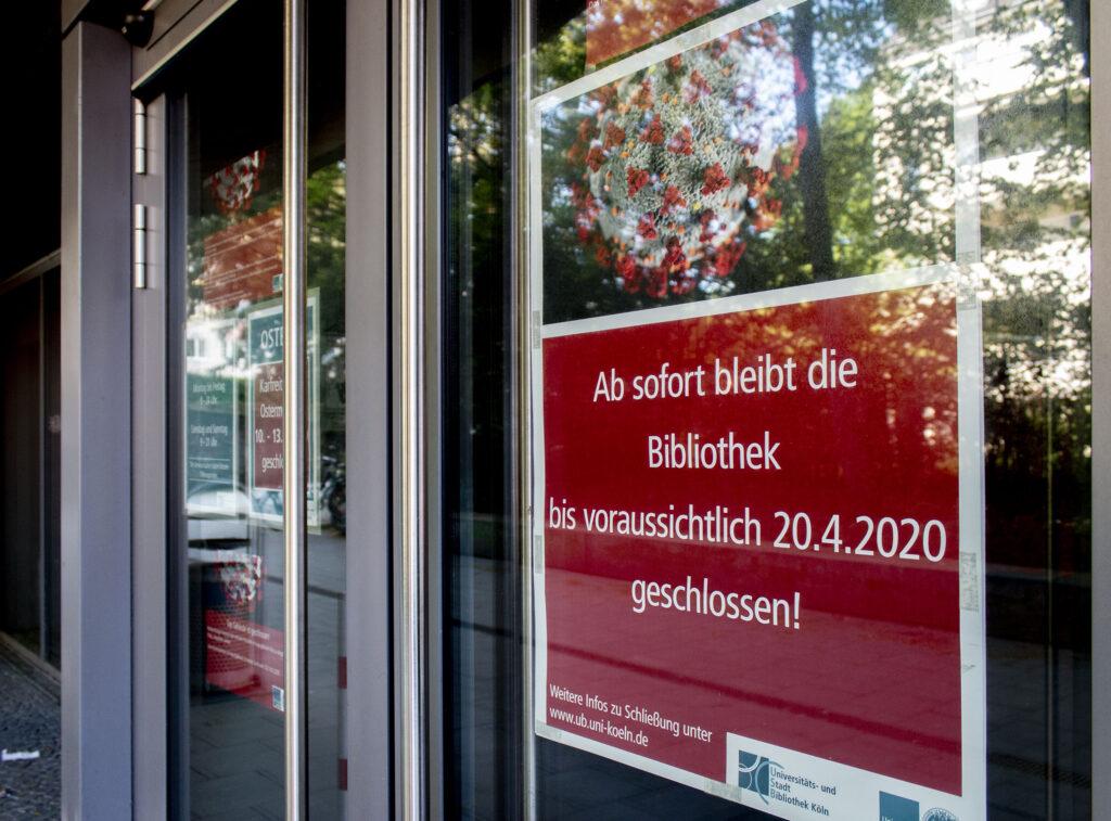 Infozettel an einer Glastür über die vorübergehende Schließung einer Bibliothek