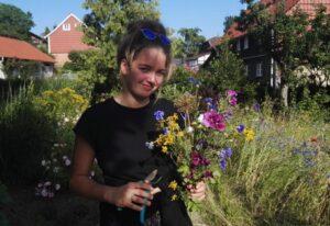 Portrait einer Person mit Blumen