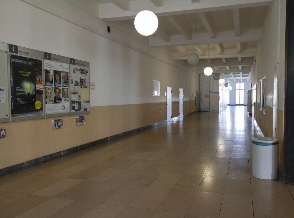 Leerer Gang im Hauptgebäude einer Universität