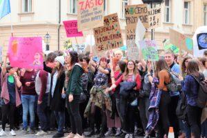 Demonstrierende halten Schilder hoch