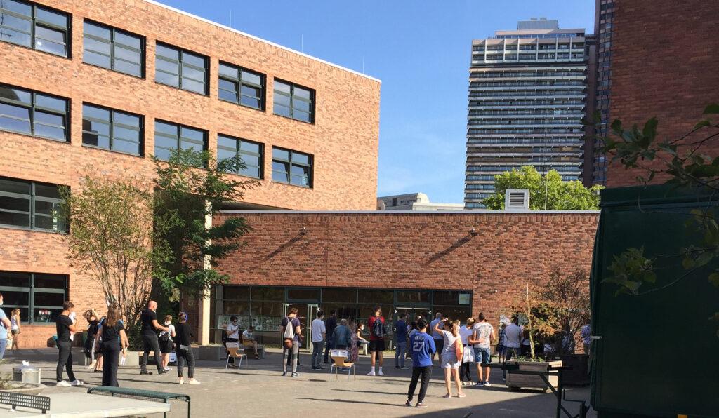 Menschen vor einem Gebäude
