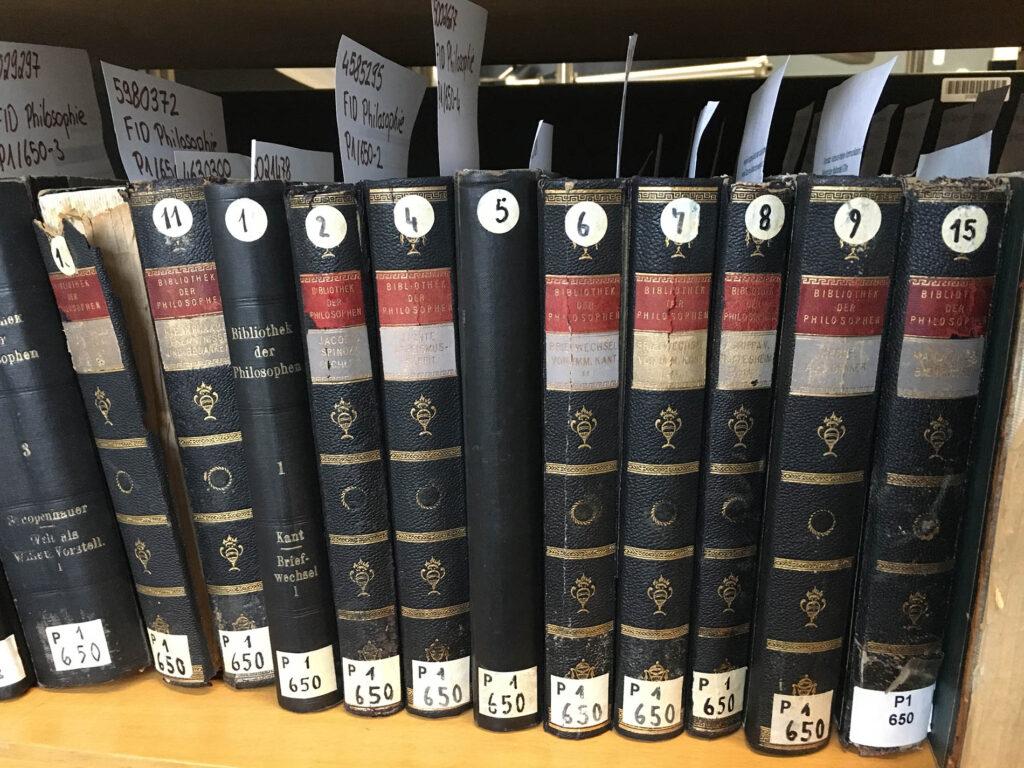 alte Bücher nebeneinander positioniert