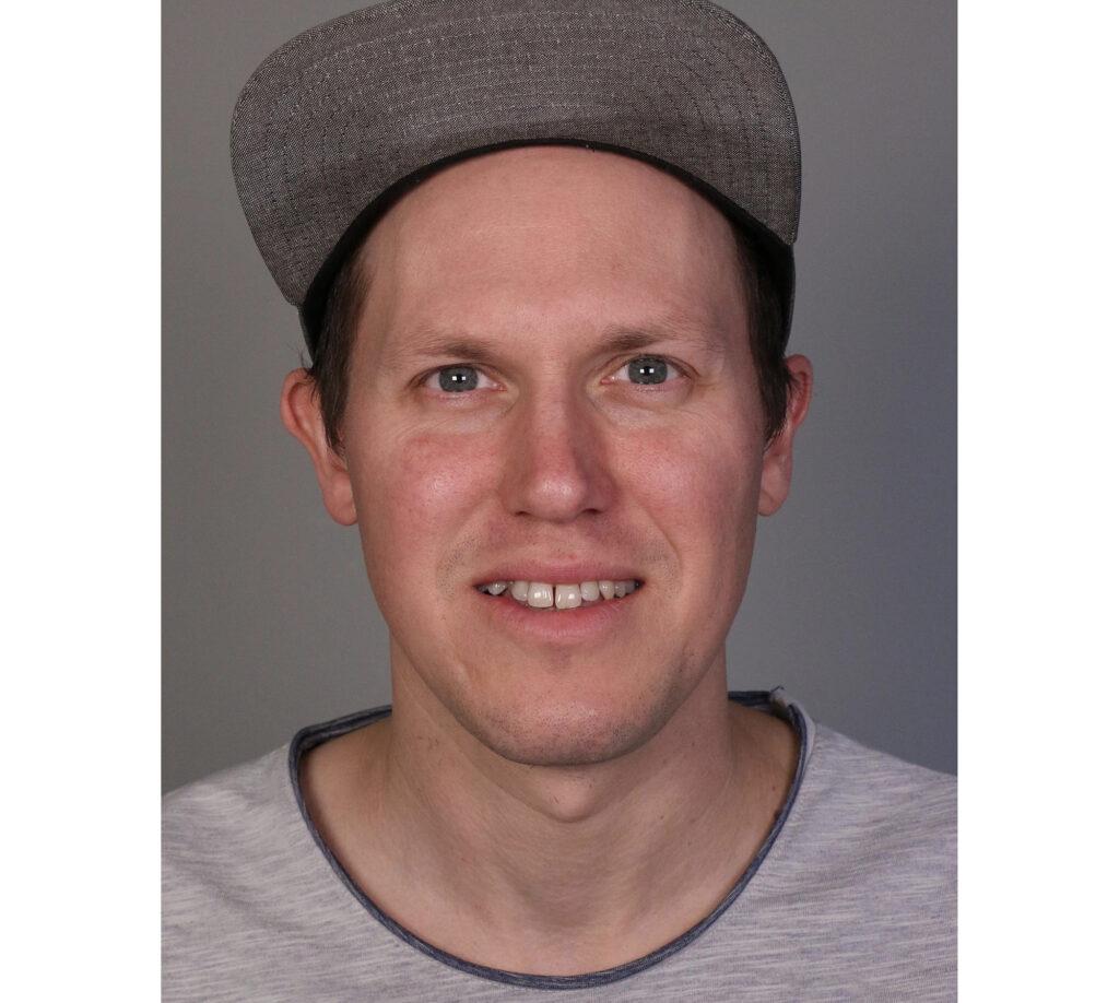 Porträt junger Mann mit Kappe